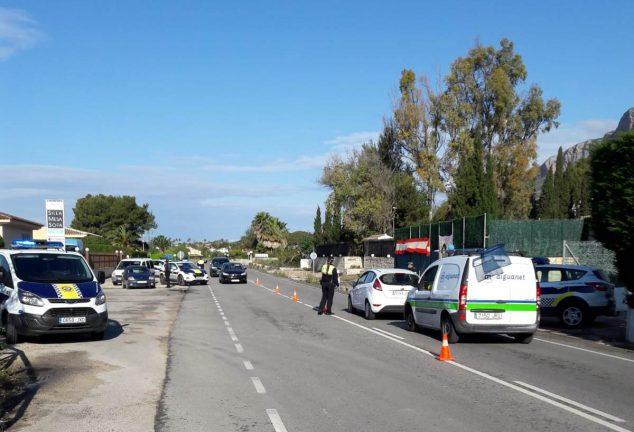 Imagen: Control de la Policía Local en la entrada a Xàbia por Jesús Pobre