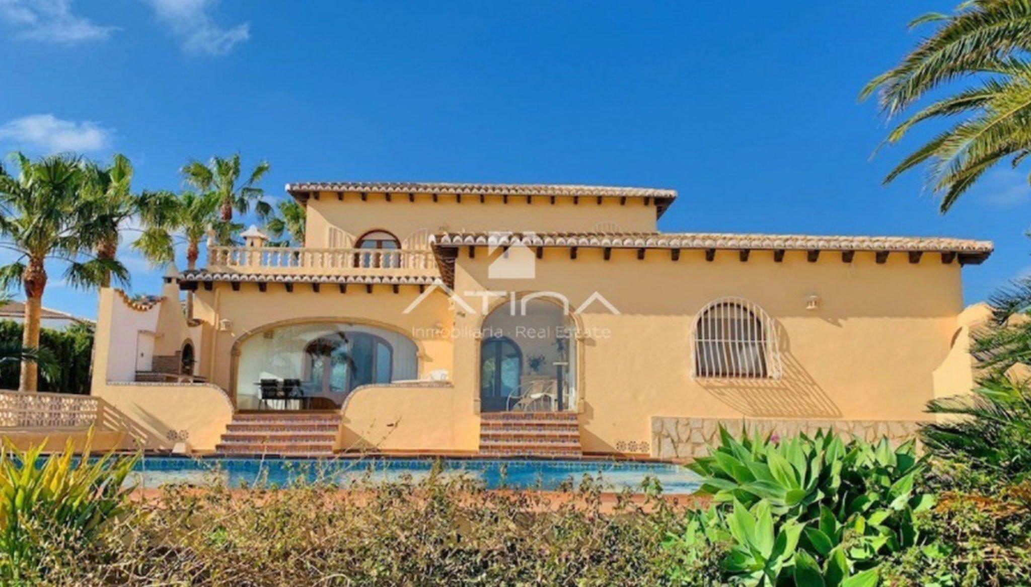 Fachada de una casa de lujo en venta en Jávea – Atina Inmobiliaria