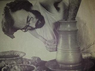Trabajo de un alfarero en la feria de artesanía de Xàbia