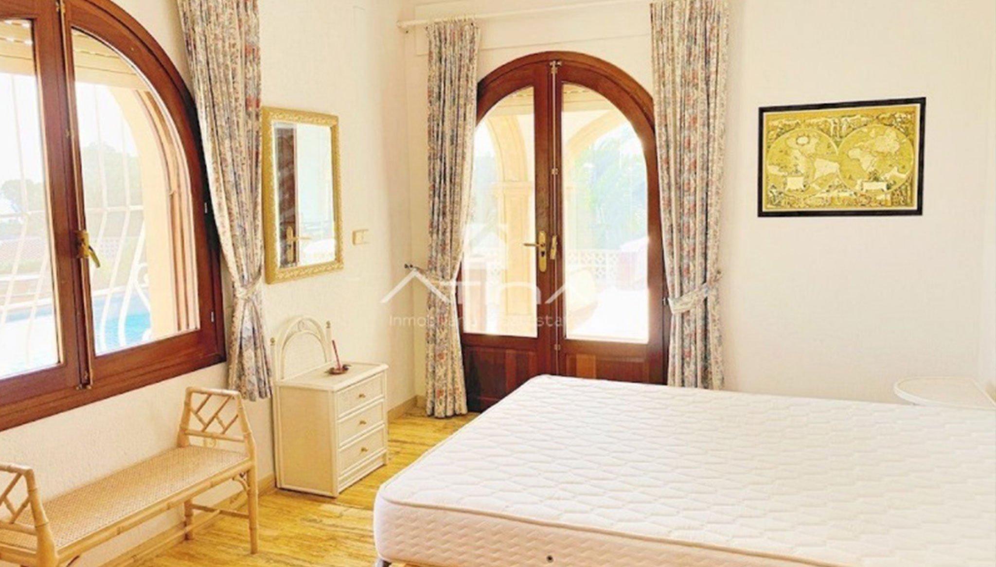 Una de las habitaciones de una casa de lujo en venta en Jávea – Atina Inmobiliaria