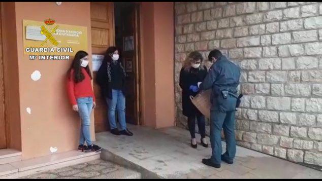 Imagen: La Guardia Civil entrega material sanitario