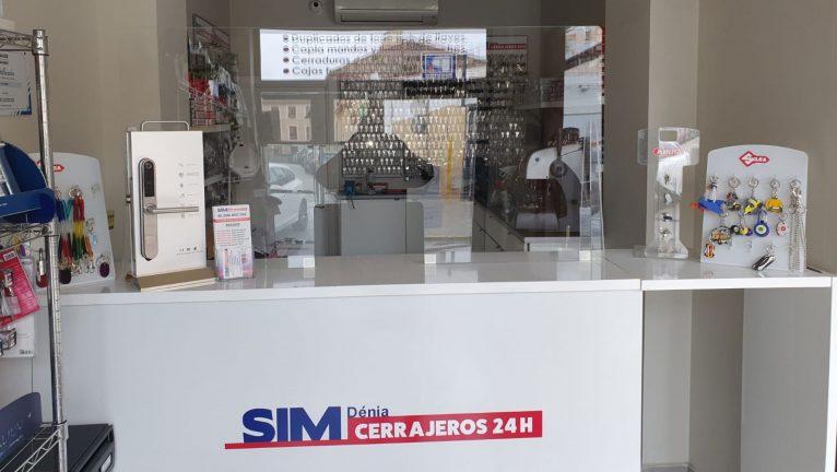 Mampara de protección instalada en el mostrador de SIM Dénia