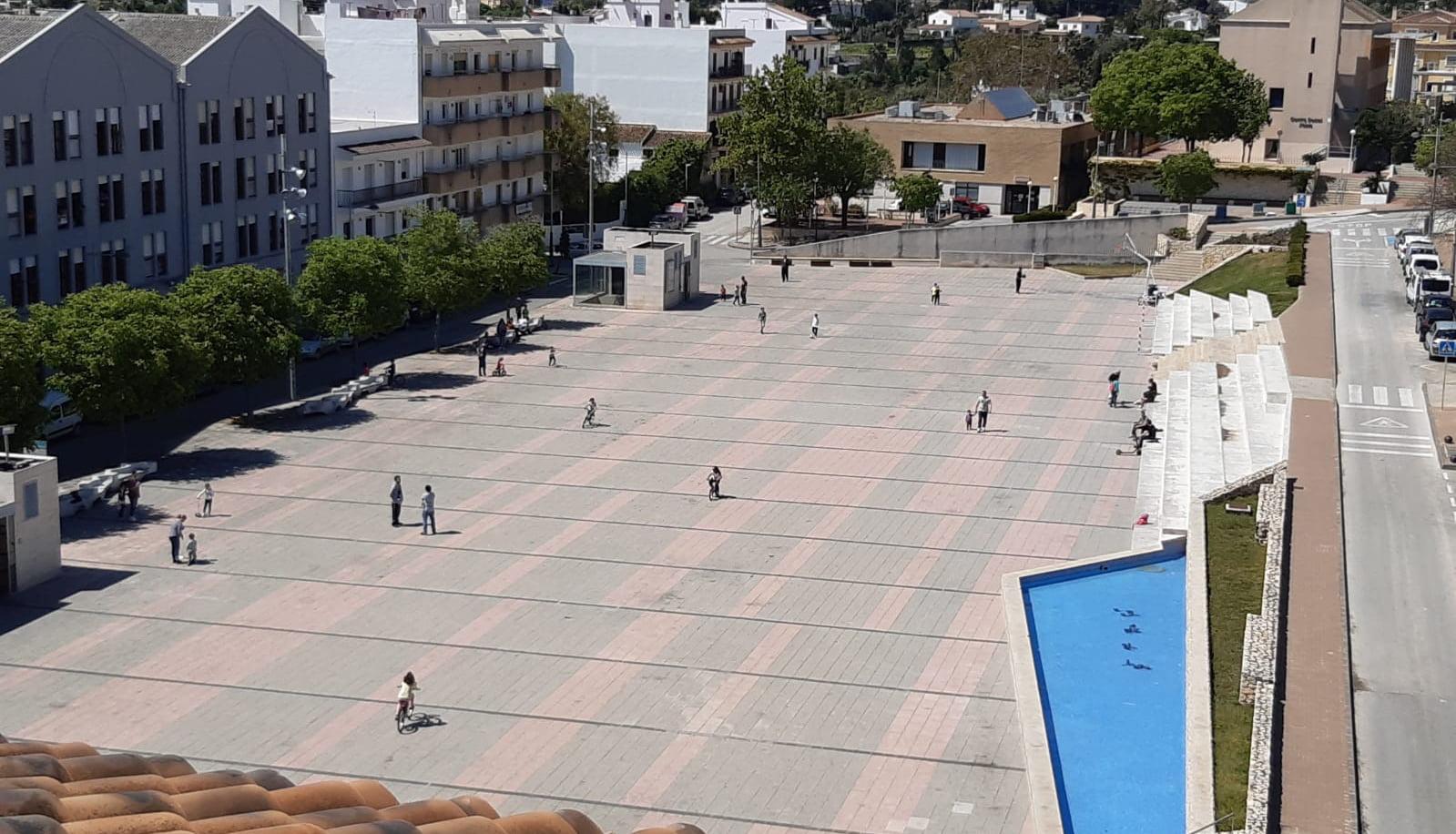 Niños paseando por la plaça de la Constitució