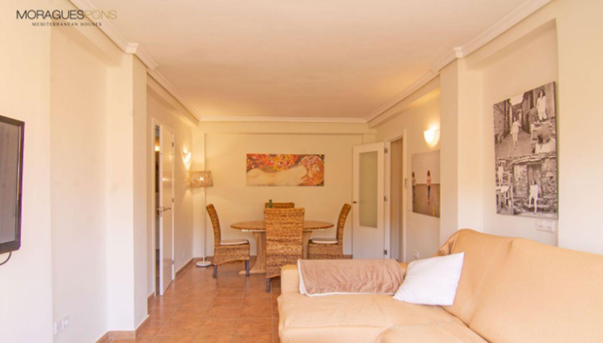Salón-comedor de un apartamento en venta en la zona del Arenal en Jávea – MORAGUESPONS Mediterranean Houses
