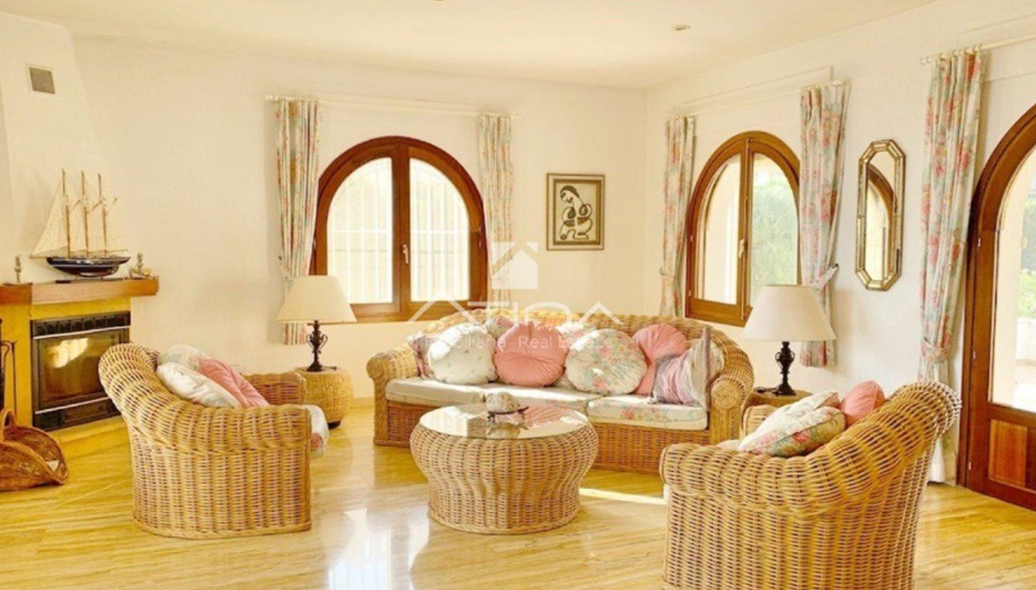 Salón de una villa de lujo en venta en Jávea – Atina Inmobiliaria