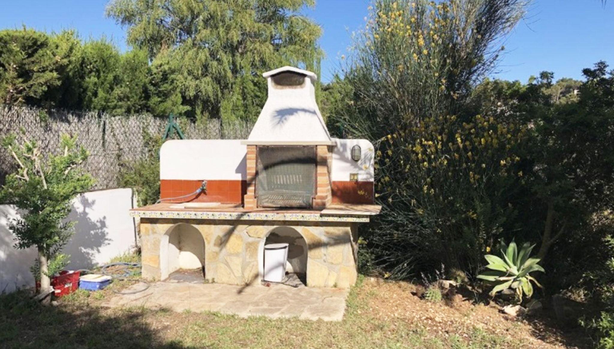 Barbacoa en una villa en venta en la zona Ambolo – Terramar Costa Blanca