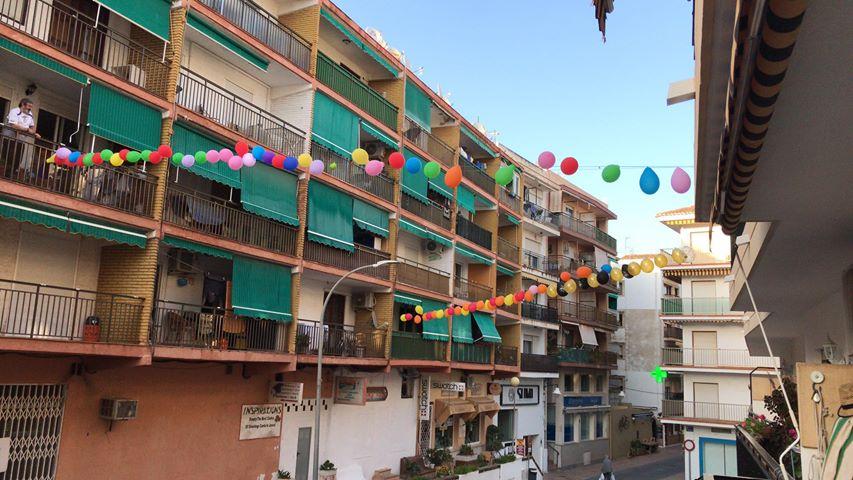 Calle Andrés Lambert decorada con globos por el cumpleaños