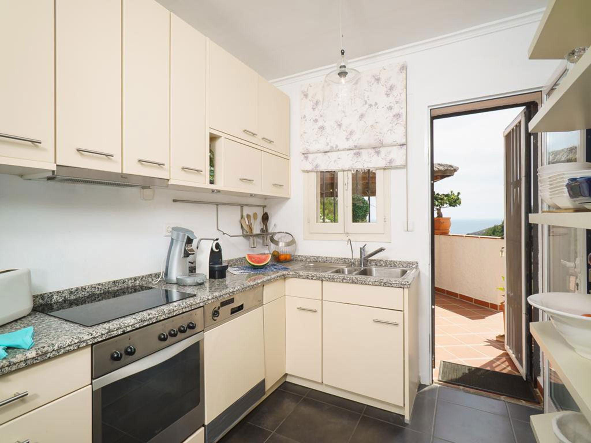 Cocina de un chalet en venta en La Granadella – Atina Inmobiliaria