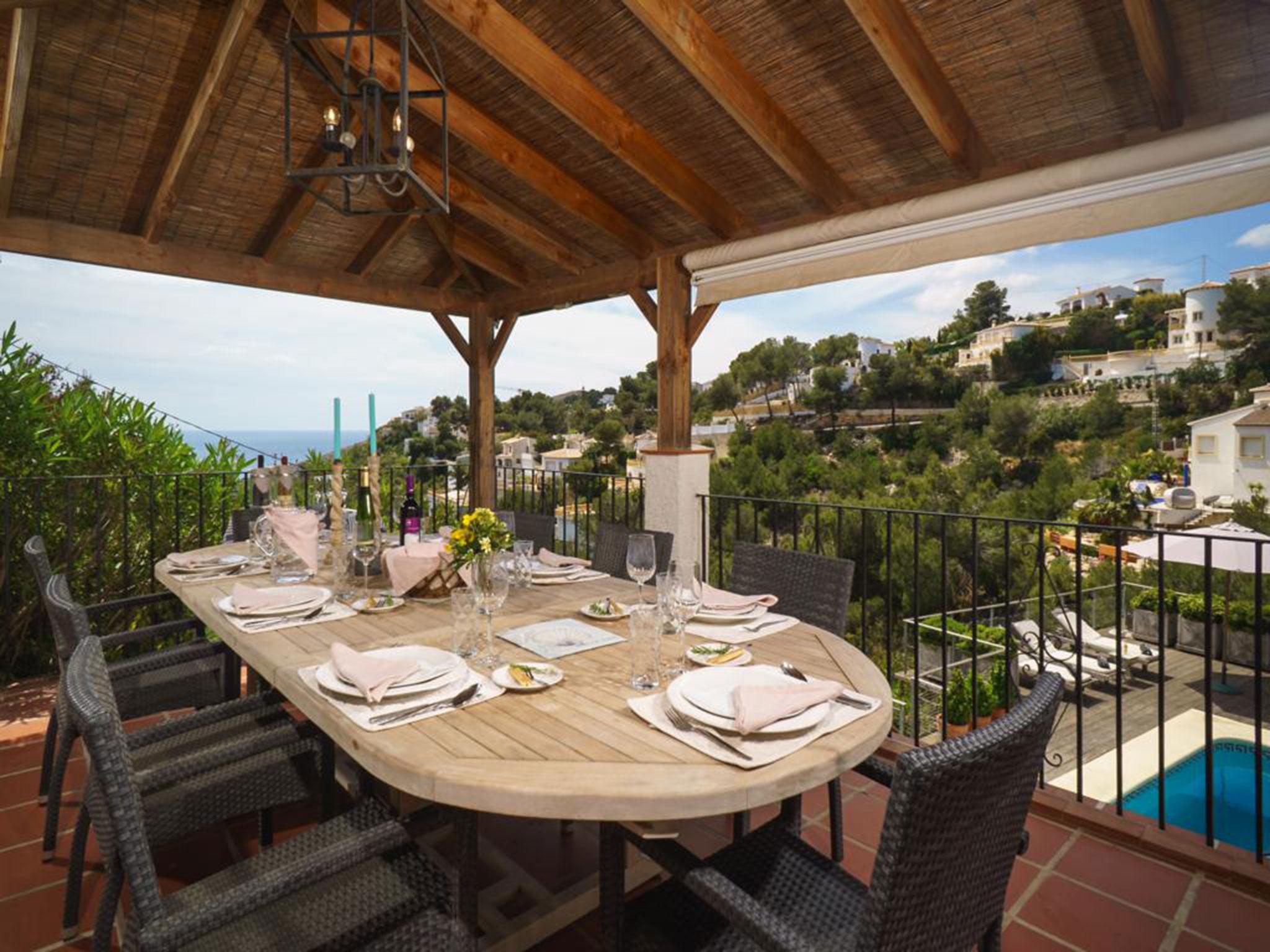 Comedor exterior cubierto, con maravillosas vistas, en un chalet en venta en La Granadella – Atina Inmobiliaria