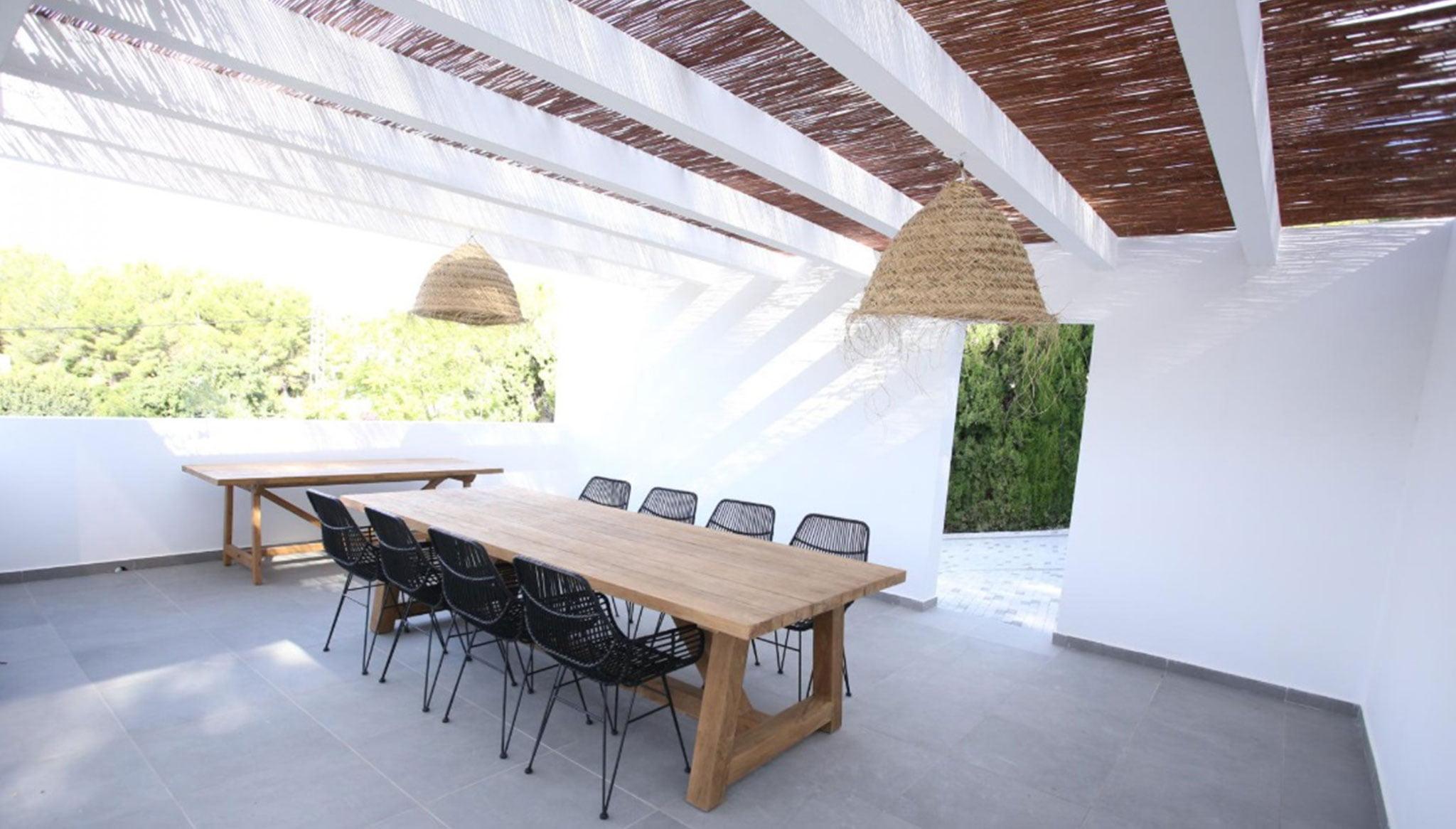 Comedor exterior de una villa de lujo en venta en Moraira – Fine & Country Costa Blanca Norte