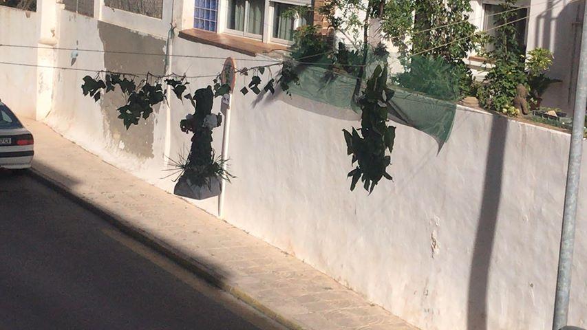 Cruces colgadas en la calle Andres Lambert
