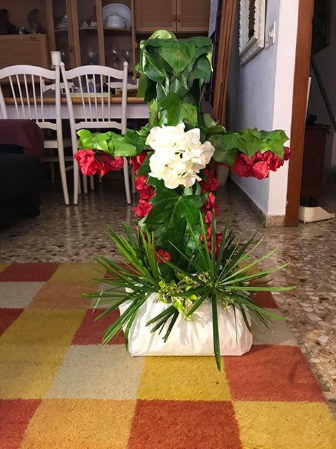 Cruz de flores elaborada por vecinos de Andres Lambert