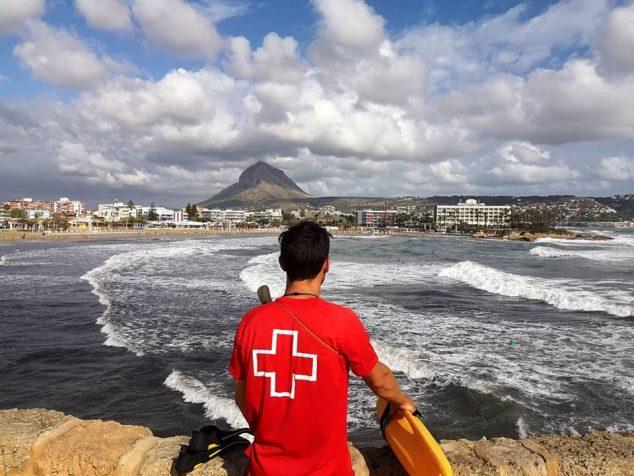 Imagen: Cruz Roja vigila la playa del Arenal