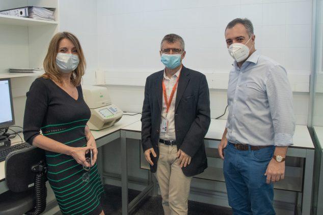 Imagen: Donación de un analizador de test PCR al Hospital de Dénia