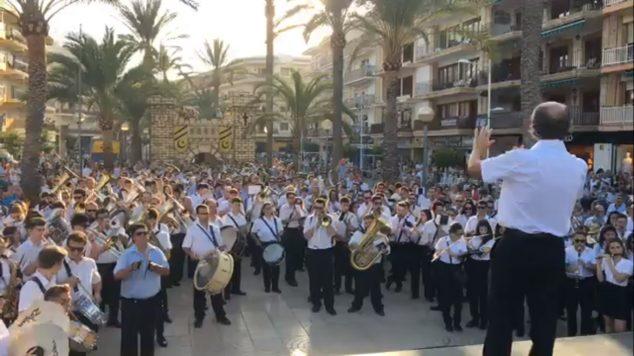 Imagen: Encuentro de bandas en las fiestas de Moros i Cristians de Xàbia