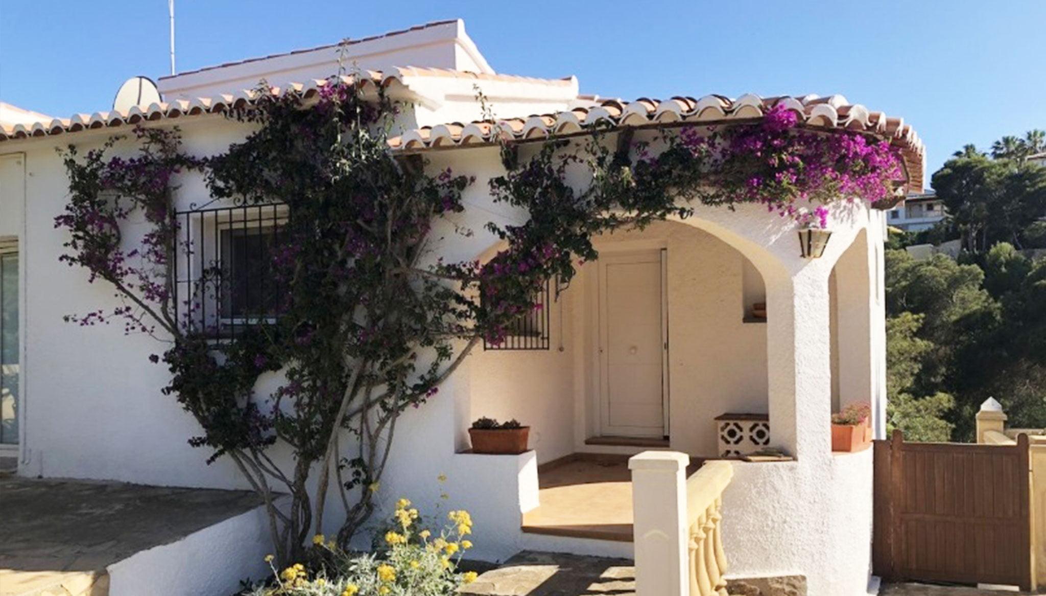 Entrada a una villa en venta en la zona Ambolo – Terramar Costa Blanca