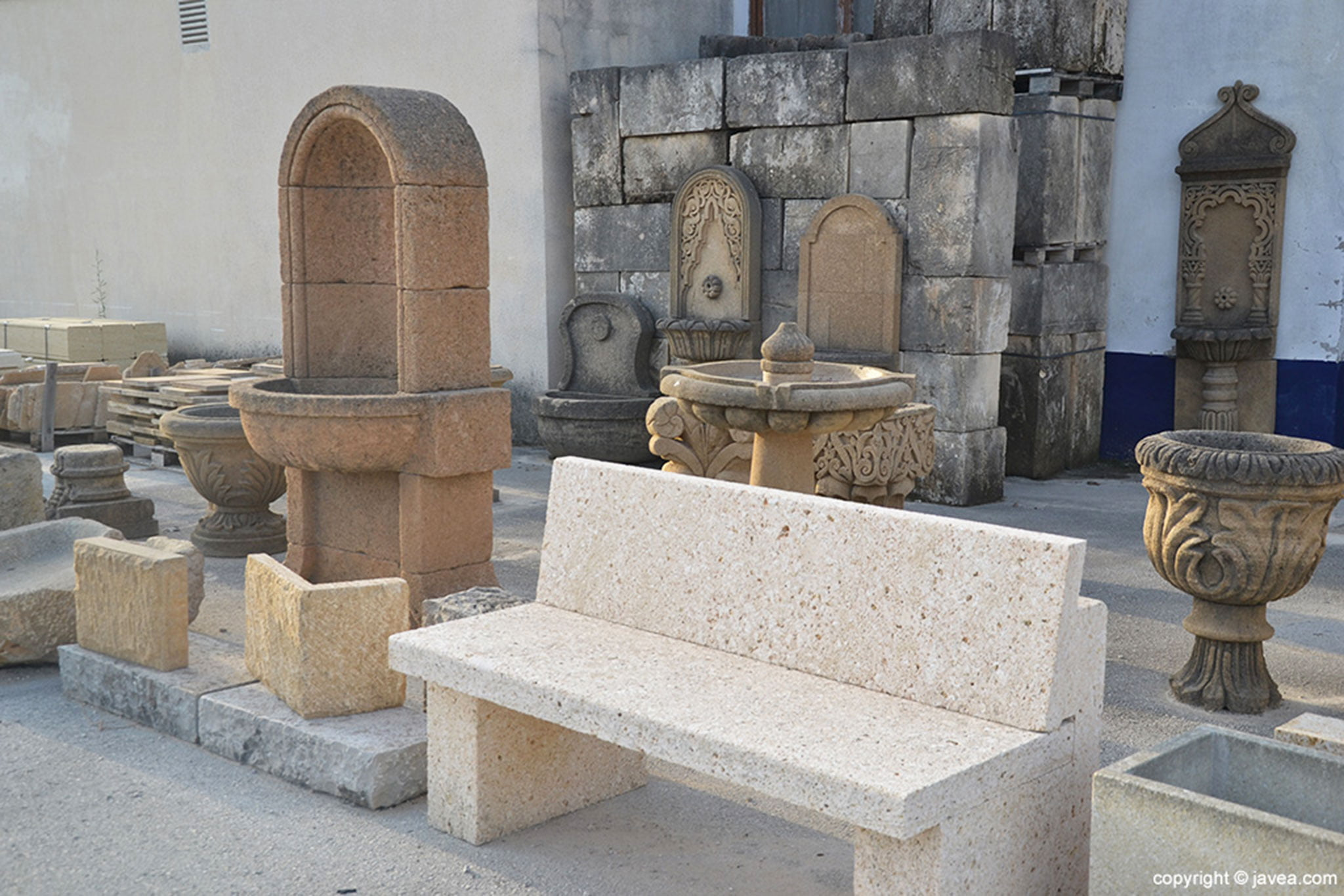 Fuentes, bancos y diversos elementos de exterior hechos en piedra – Artosca