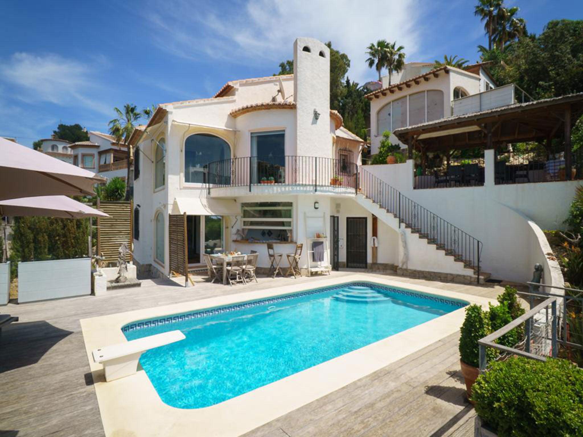 Fachada de un chalet en venta en La Granadella – Atina Inmobiliaria