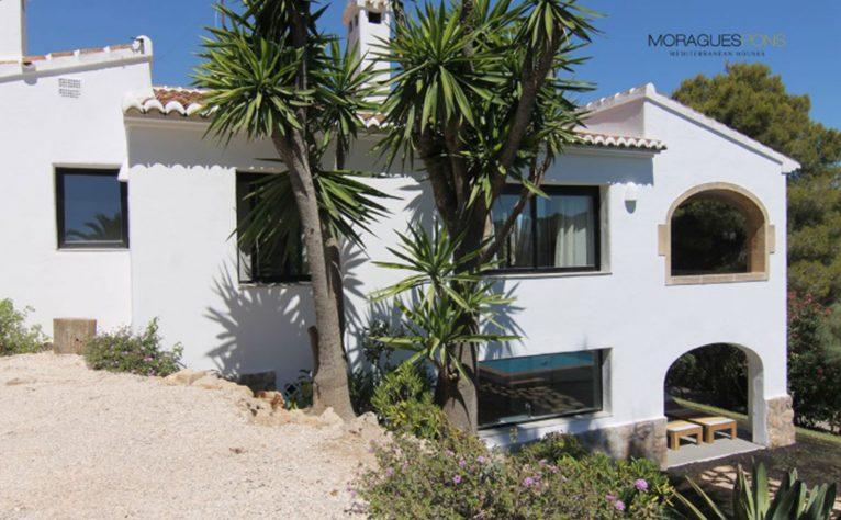 Fachada de una casa en venta o alquiler en Jávea - MORAGUESPONS Mediterranean Houses