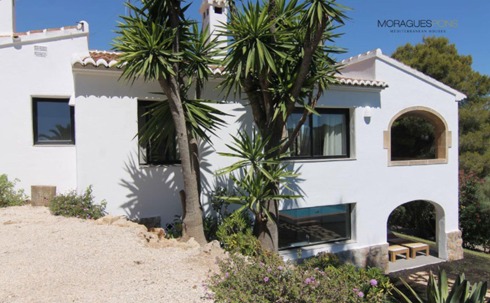 Fachada de una casa en venta o alquiler en Jávea – MORAGUESPONS Mediterranean Houses