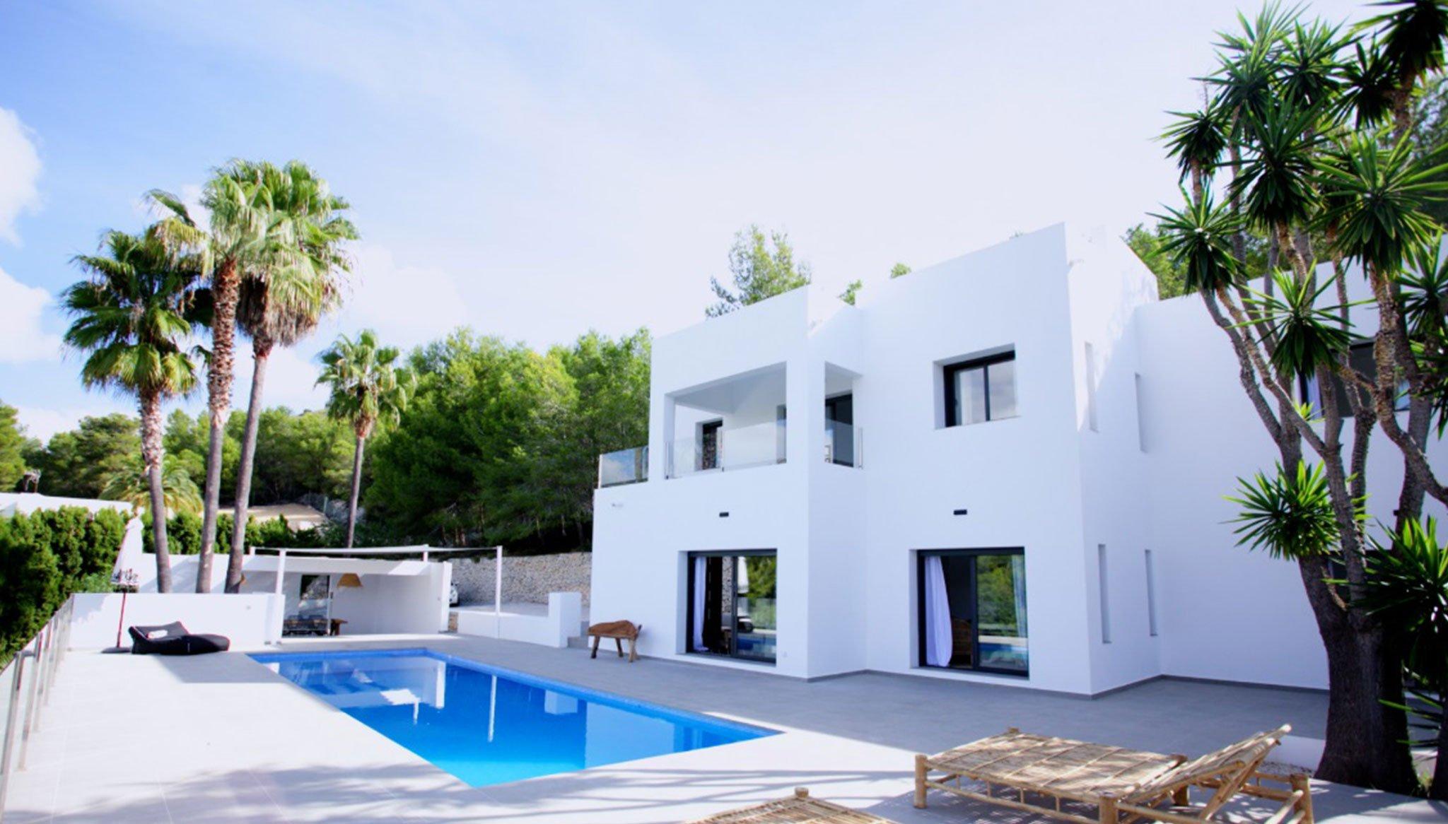 Fachada de una villa de lujo en venta en Moraira – Fine & Country Costa Blanca Norte