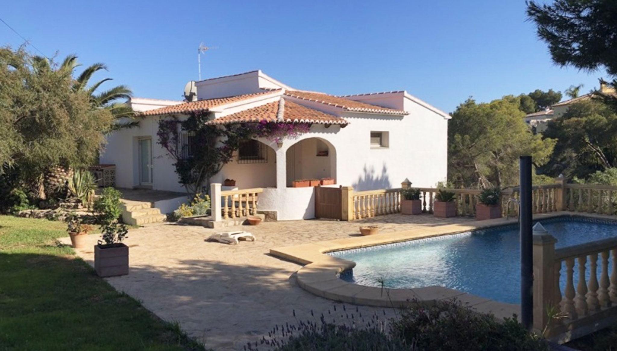 Fachada de una villa en venta en la zona Ambolo – Terramar Costa Blanca