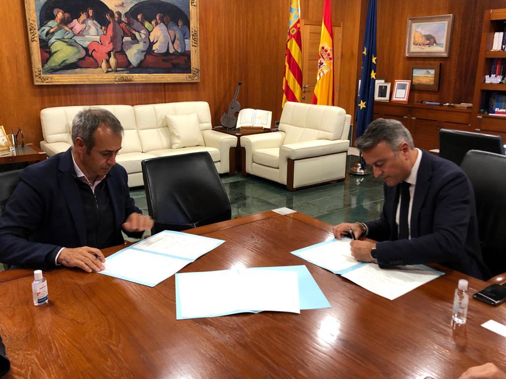 Firma del convenio de Xàbia con la empresa Global Omnium
