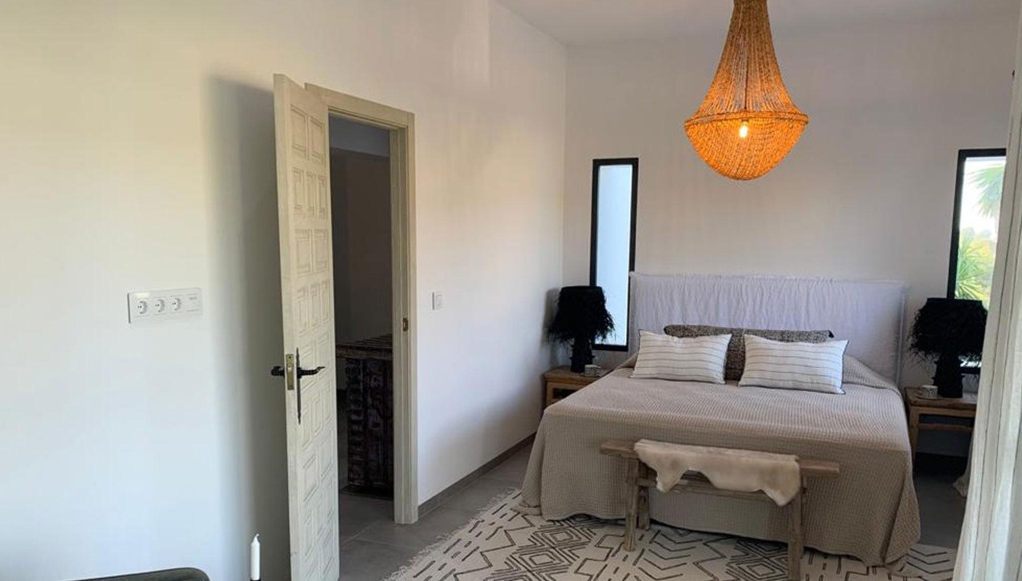 Una de las cuatro habitaciones de una villa de lujo en venta en Moraira – Fine & Country Costa Blanca Norte