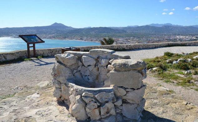 Imagen: Horno de cal situado en el mirador del Cabo de San Antonio, restaurado por el Ayuntamiento en 2015