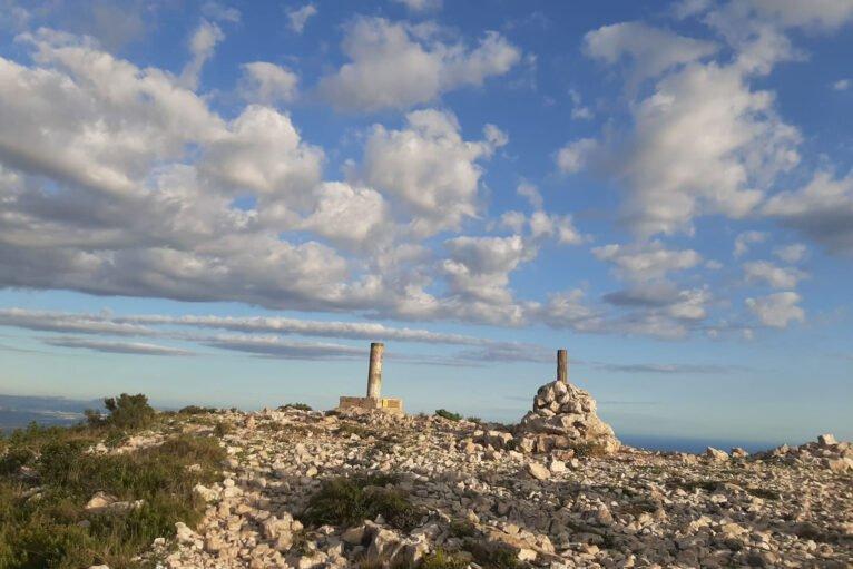 Imagen actual de lo que queda de la Creu del Montgó (tomada en septiembre de 2020). Fuente: CEX, Centre Excursionista de Xàbia