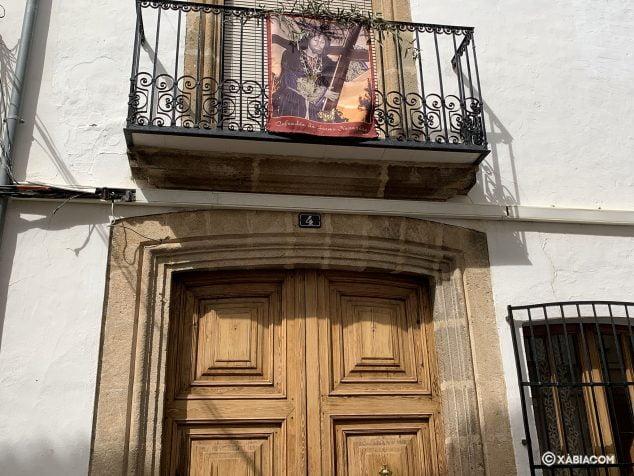 Afbeelding: Afbeelding van Jezus Nazarener op een balkon