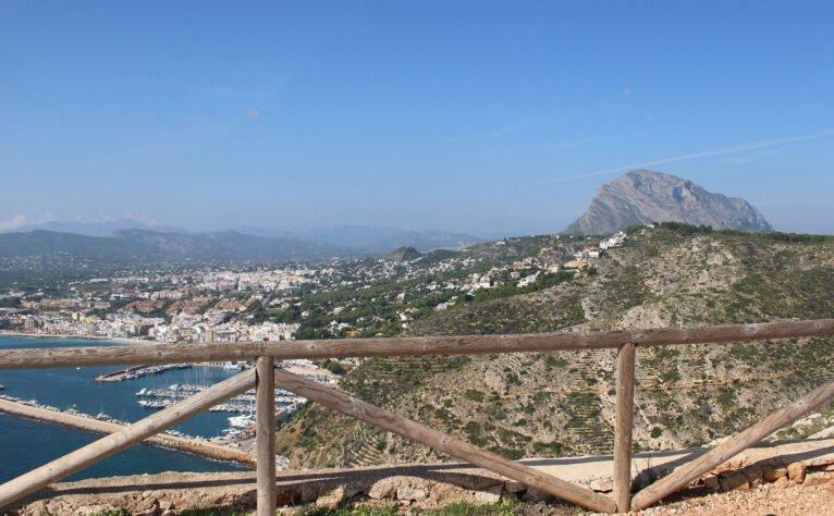 La cima del Montgó desde el mirador del Cabo de San Antonio