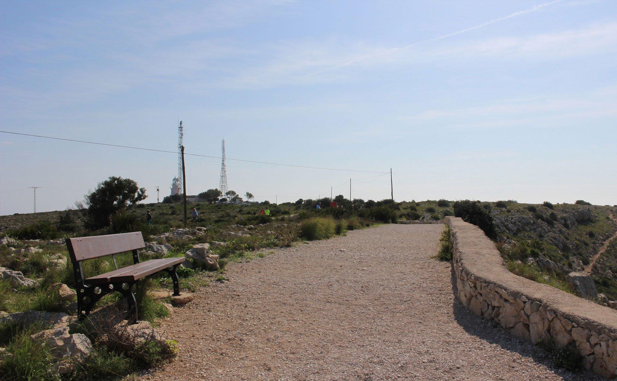 Mirador del Cap de Sant Antoni con el faro al fondo y la senda hacia el puerto de Jávea a la derecha