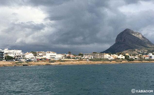 Imagen: El Montgó en un día nublado, visto desde el mar