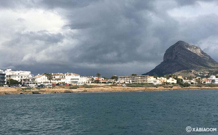 El Montgó en un día nublado, visto desde el mar