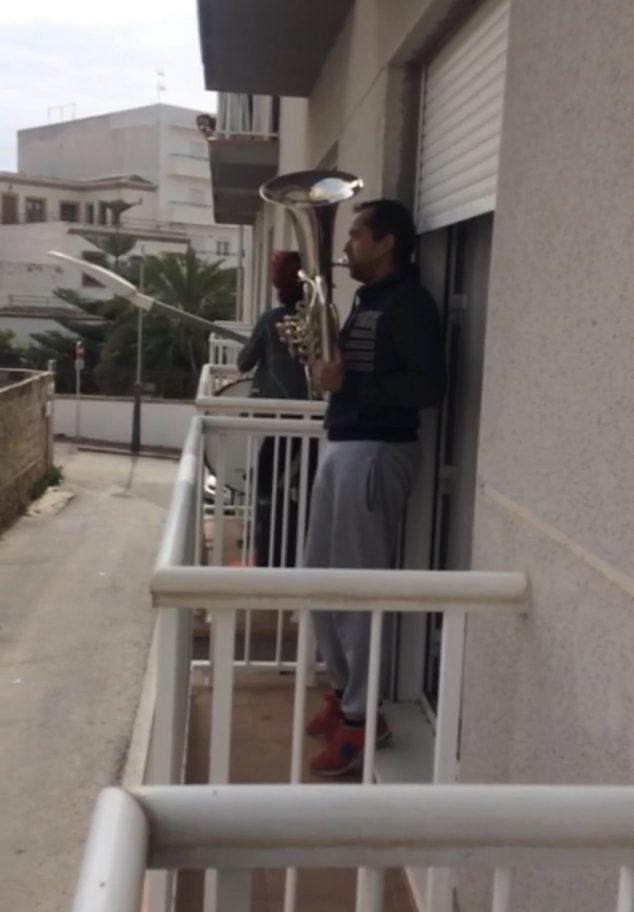 Imagen: Músico interpretando desde el balcón