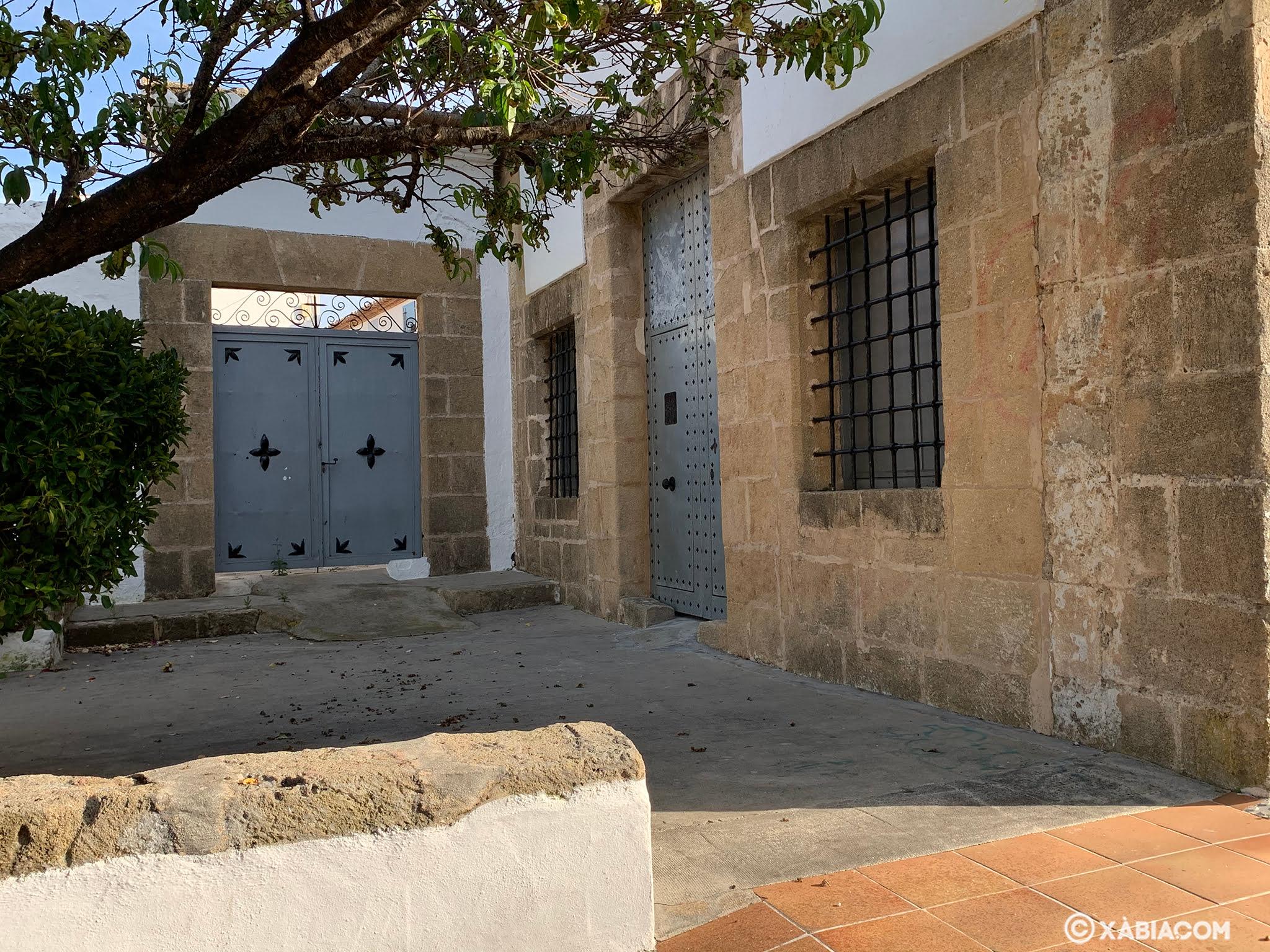 Puerta del antiguo cementerio junto a la entrada de la Ermita