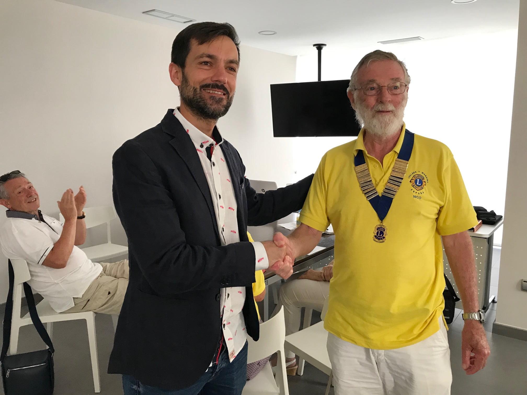 Representante de Lions Club con el alcalde de Benitatxell