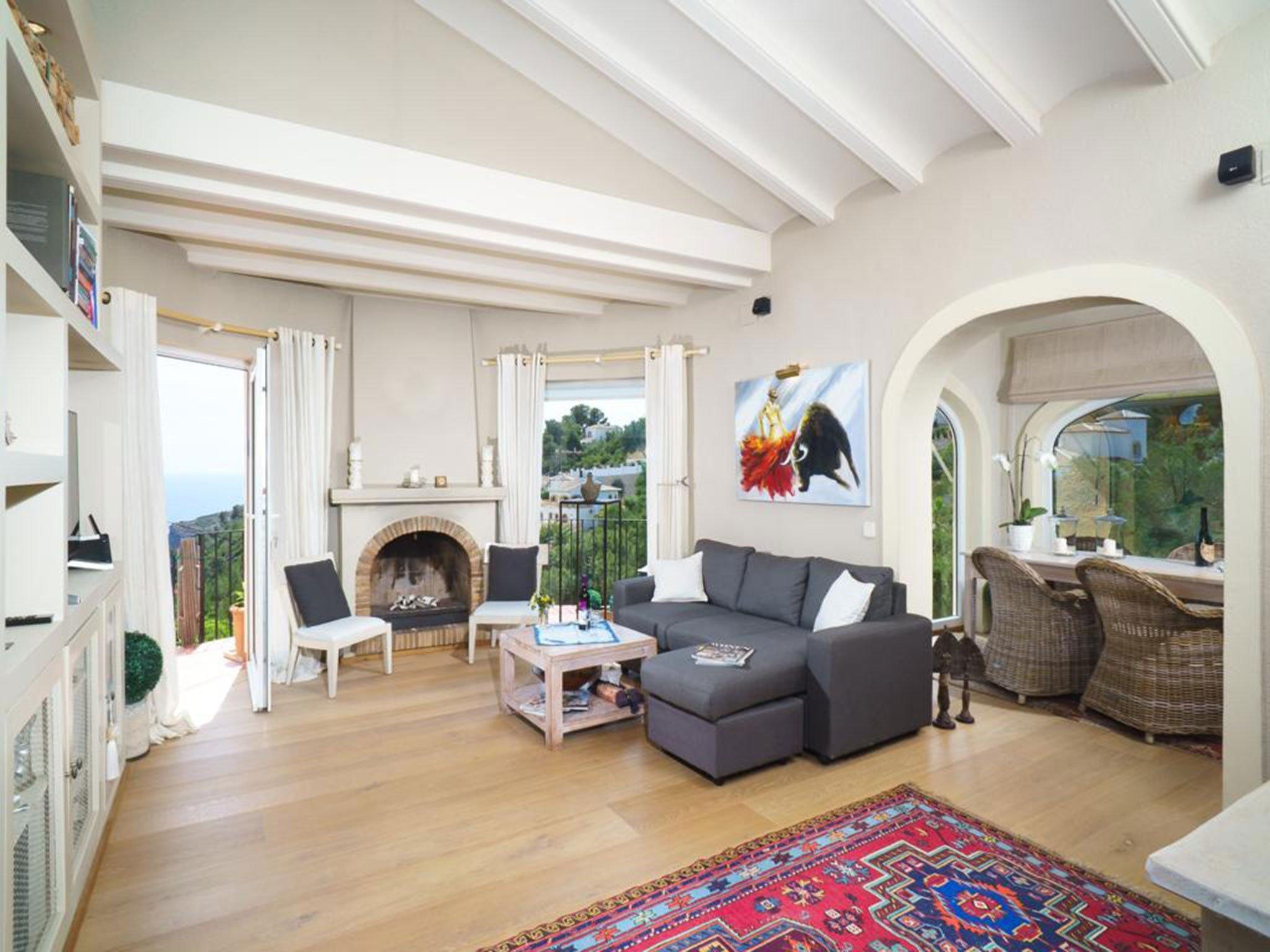 Salón de un chalet en venta en La Granadella – Atina Inmobiliaria