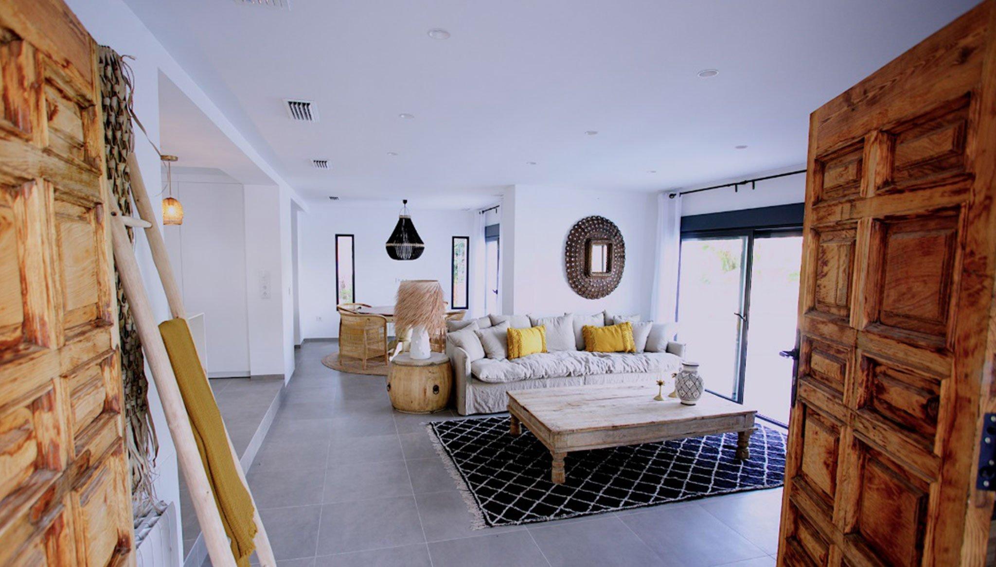 Salón de una villa de lujo en venta en Moraira – Fine & Country Costa Blanca Norte