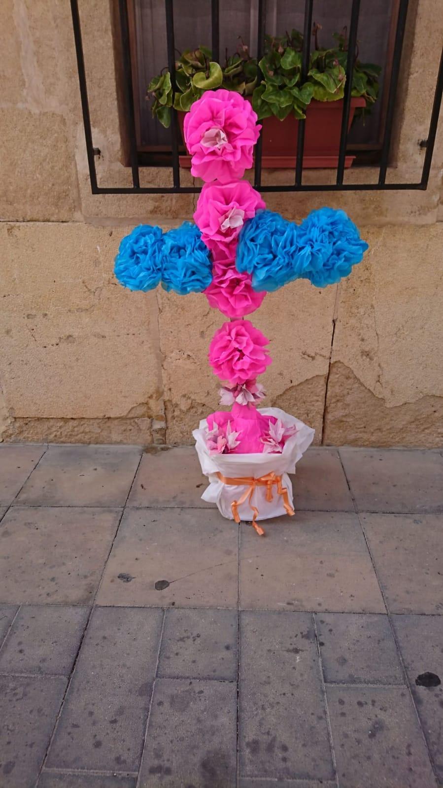 Una vecina elabora esta cruz para la hornacina de la Calle de Jesús Nazareno