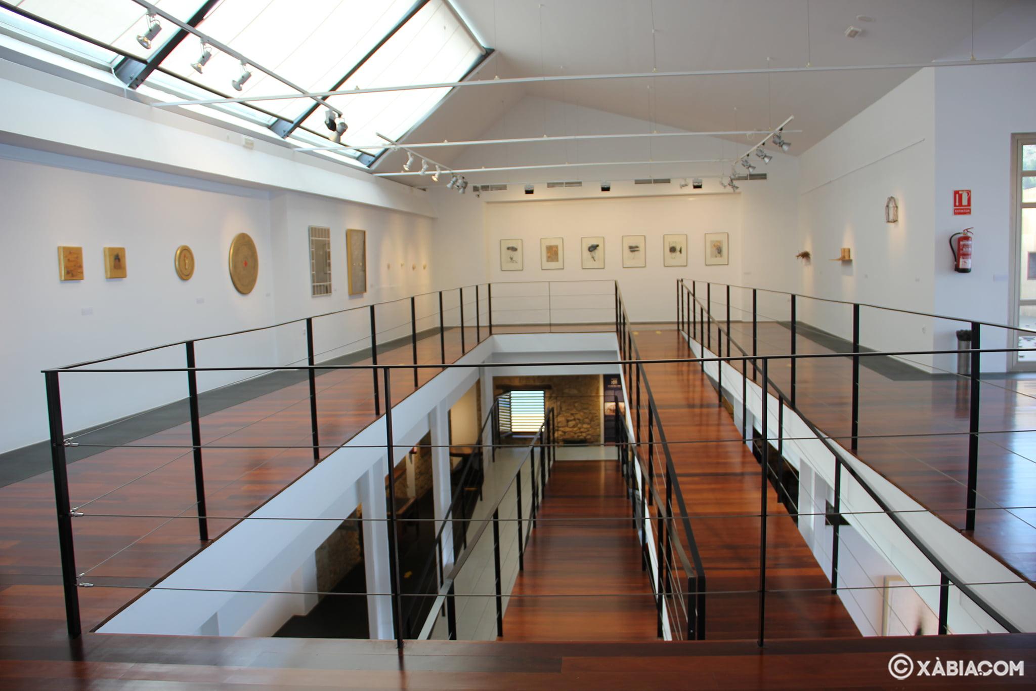 Amplia sala de exposiciones de dos plantas frente al mar