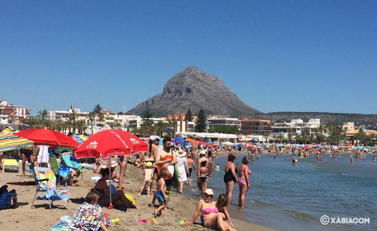 Bañistas en la Playa del Arenal