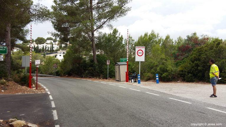 Barrera de control de vehículos a la Cala de la Granadella