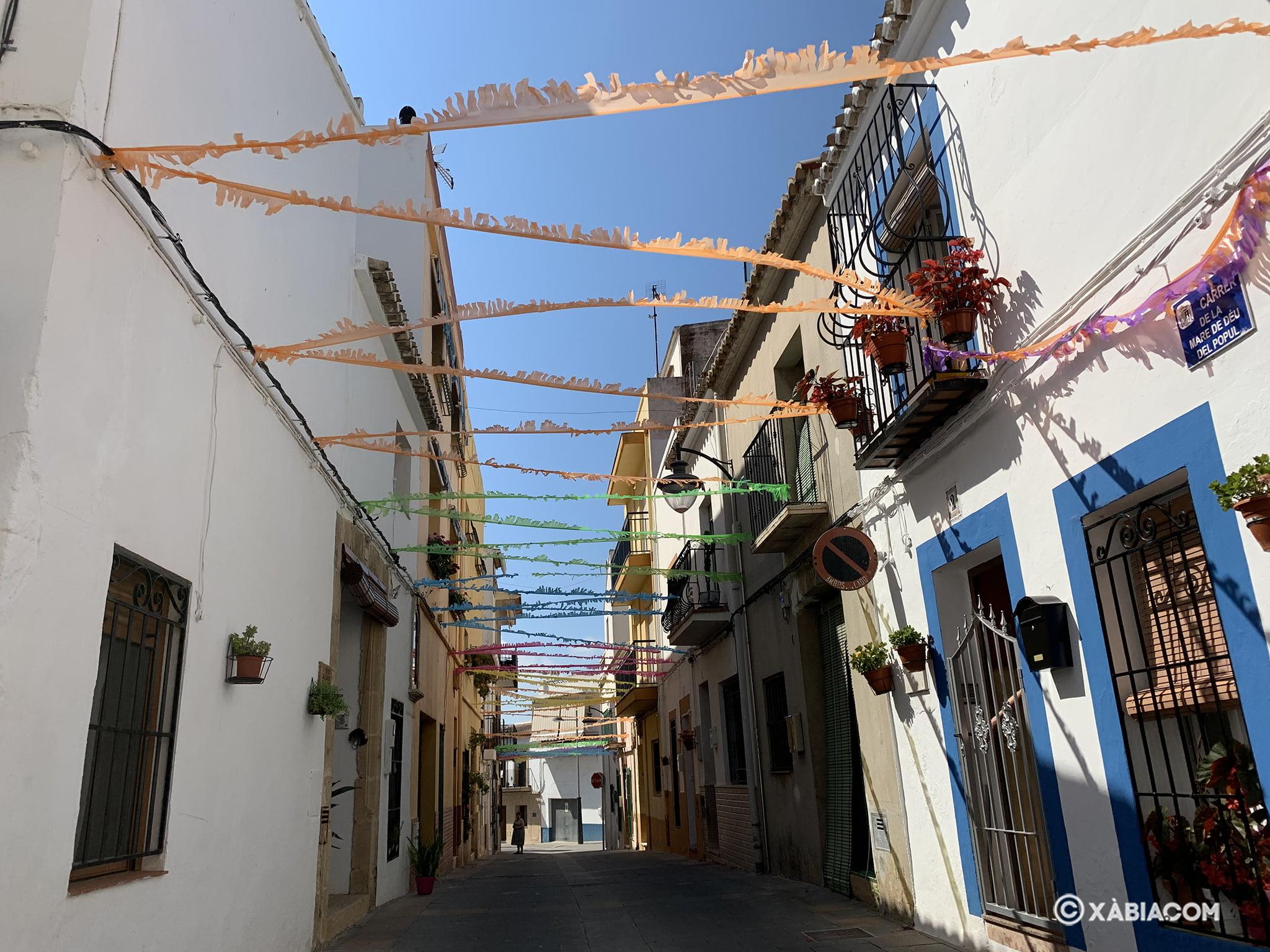 Calle Mare de Dèu del Pópul engalanada en junio 2020