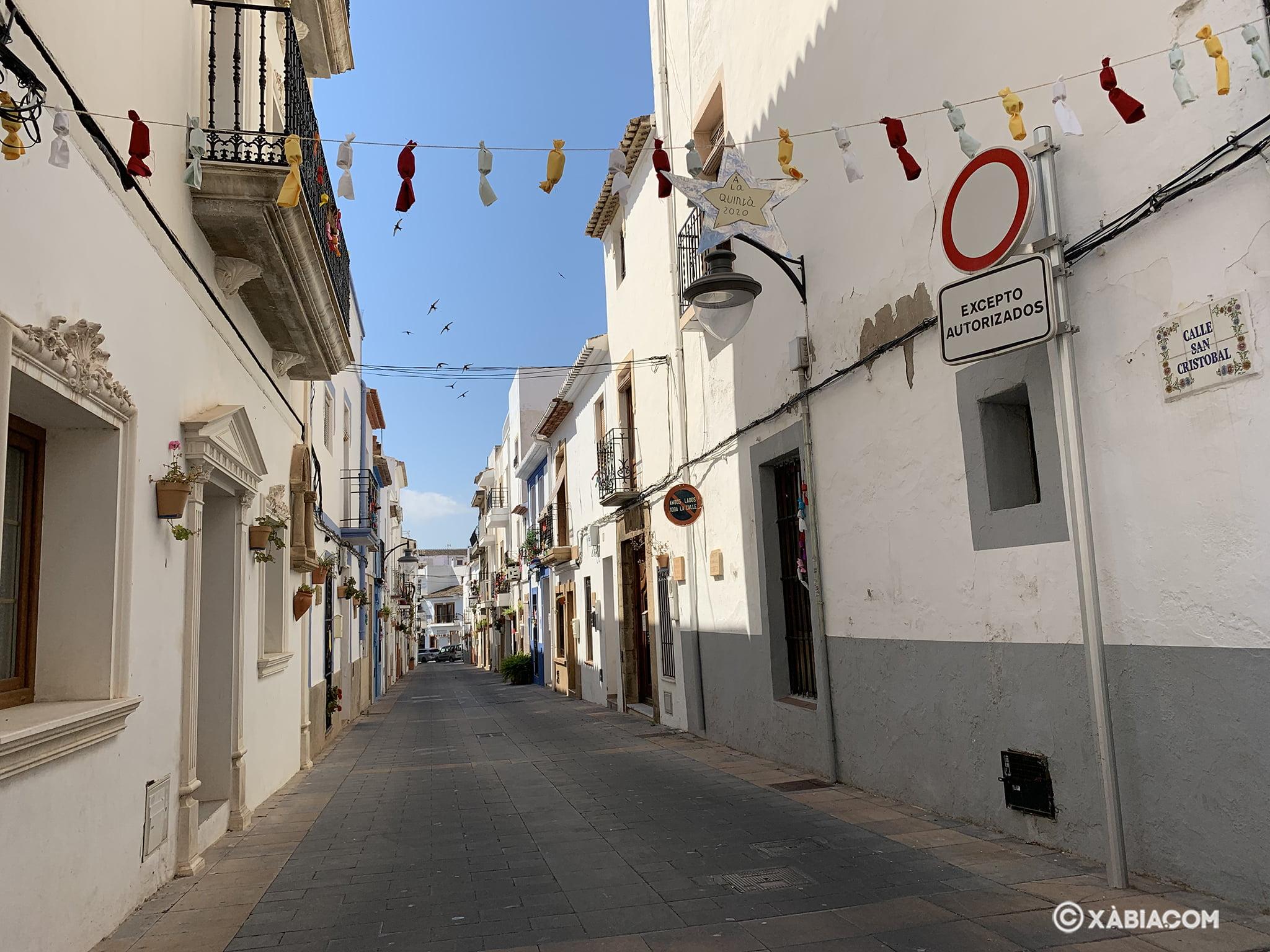Calle San Cristóbal decorada por las fiestas de San  Juan 2020