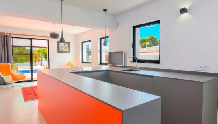 Cocina con detalles naranjas en una villa en venta en el puerto de Jávea - MORAGUESPONS Mediterranean Houses