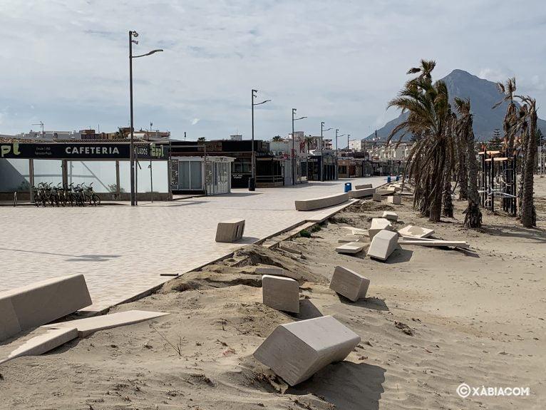 Daños para reparar en el Paseo de la playa del Arenal