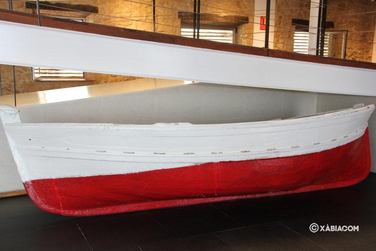 En el interior de la sala se acoge una muestra de una barca tradicional