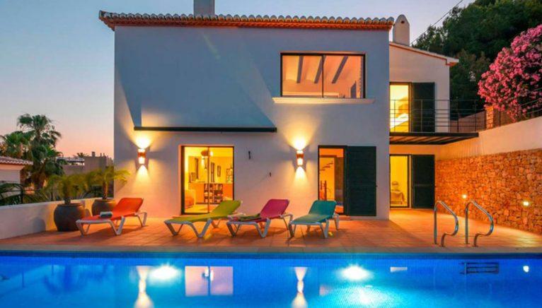 Vista exterior nocturna de una villa en venta en el puerto de Jávea - MORAGUESPONS Mediterranean Houses